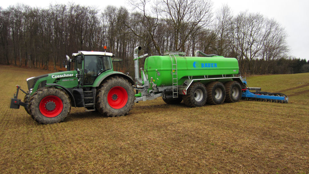The Bauer poly-tank spreader range provides capacities from 10.5cu m to 24cu m – 10,500-litres to 24,000-litres – with running gear, pump and applicator options to suit different applications.