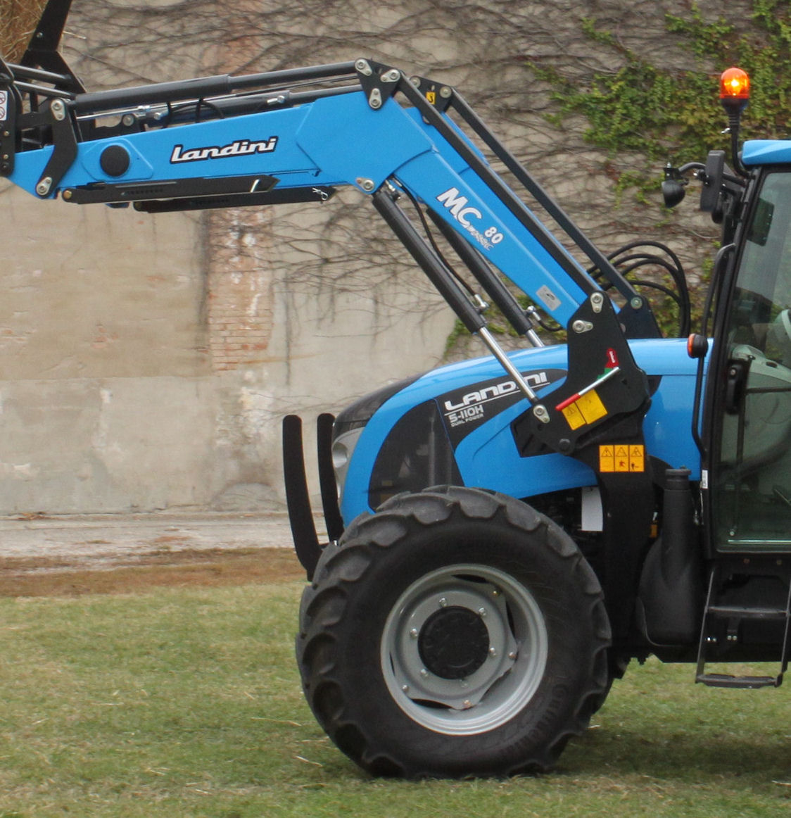 Double-acting lift cylinders are fitted to MClassic and MPower models – so the loader can power-down as well as lift – and the versatile Euro implement carriage is standard.
