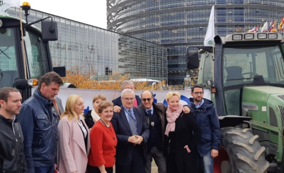 Farmers highlight unfair practices in 'flash' event outside EU Parliament