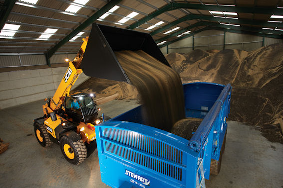 Massive lifting power and big tearout force come with the 6 tonne lift 560-80 Agri Super.