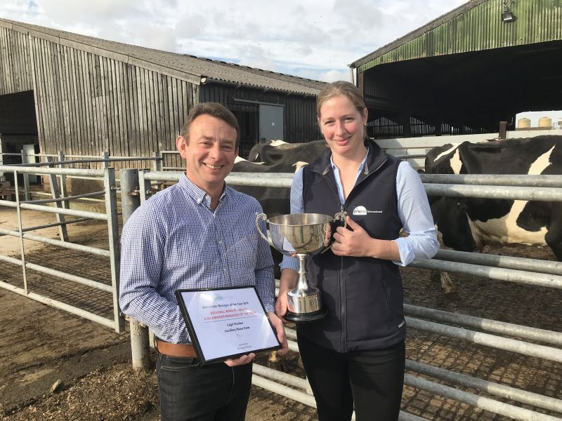 Milkminder Manager of the Year 2018 winner Leigh Woolmer (L) and Promar consultant Caroline Tillner