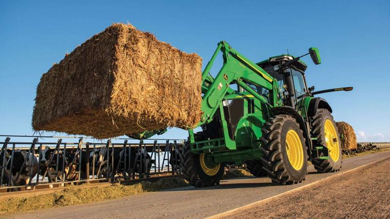 All 7R Tractors are ideal for doing seeding, loader work or baling, thanks to their highly maneuverable short wheelbase