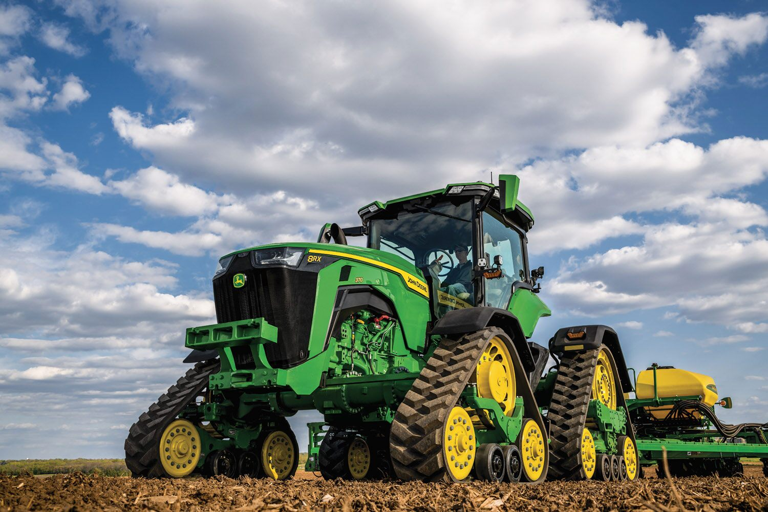 The 8RX 370 is available with a John Deere e23 PowerShift or Infinitely Variable Transmission (IVT)